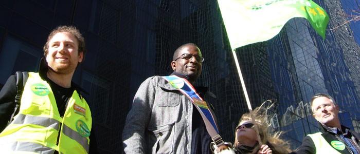 David Mbanza, conseiller régional EELV, dans la chaîne humaine anti nucléaire de la Défense